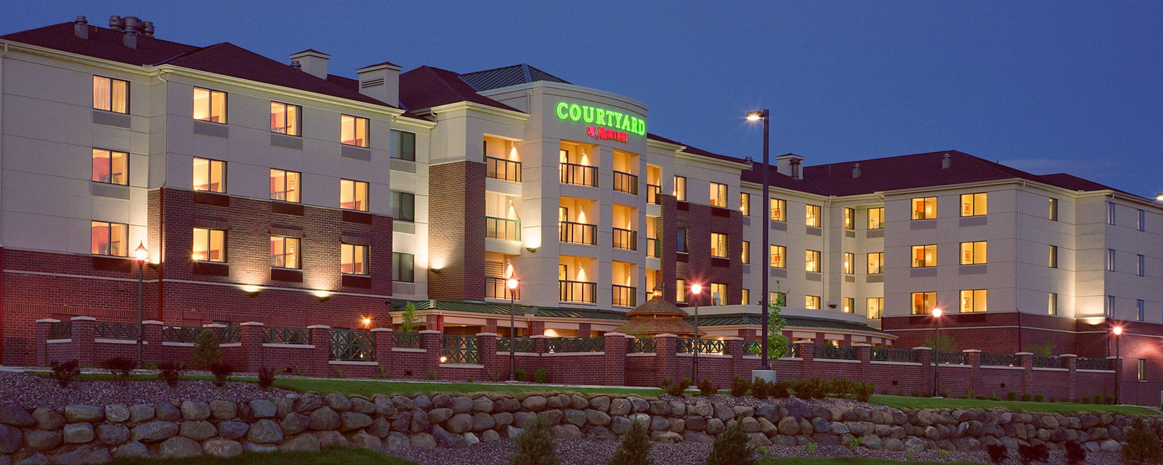 East Garage Uno Hotels Near Madison Airport With Free Shuttle Courtyard Madison East