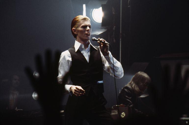 David Bowie durante un concierto en Detroit en 1976