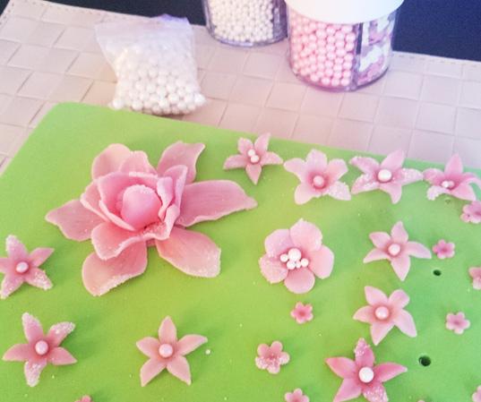 Tillverkning av blommor till tårtan - making flowers for the cake