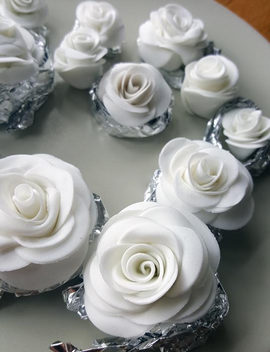 White pink green themed wedding cakes with roses and lace - vitt rosa och grönt bröllopstårtor med rosor och spets