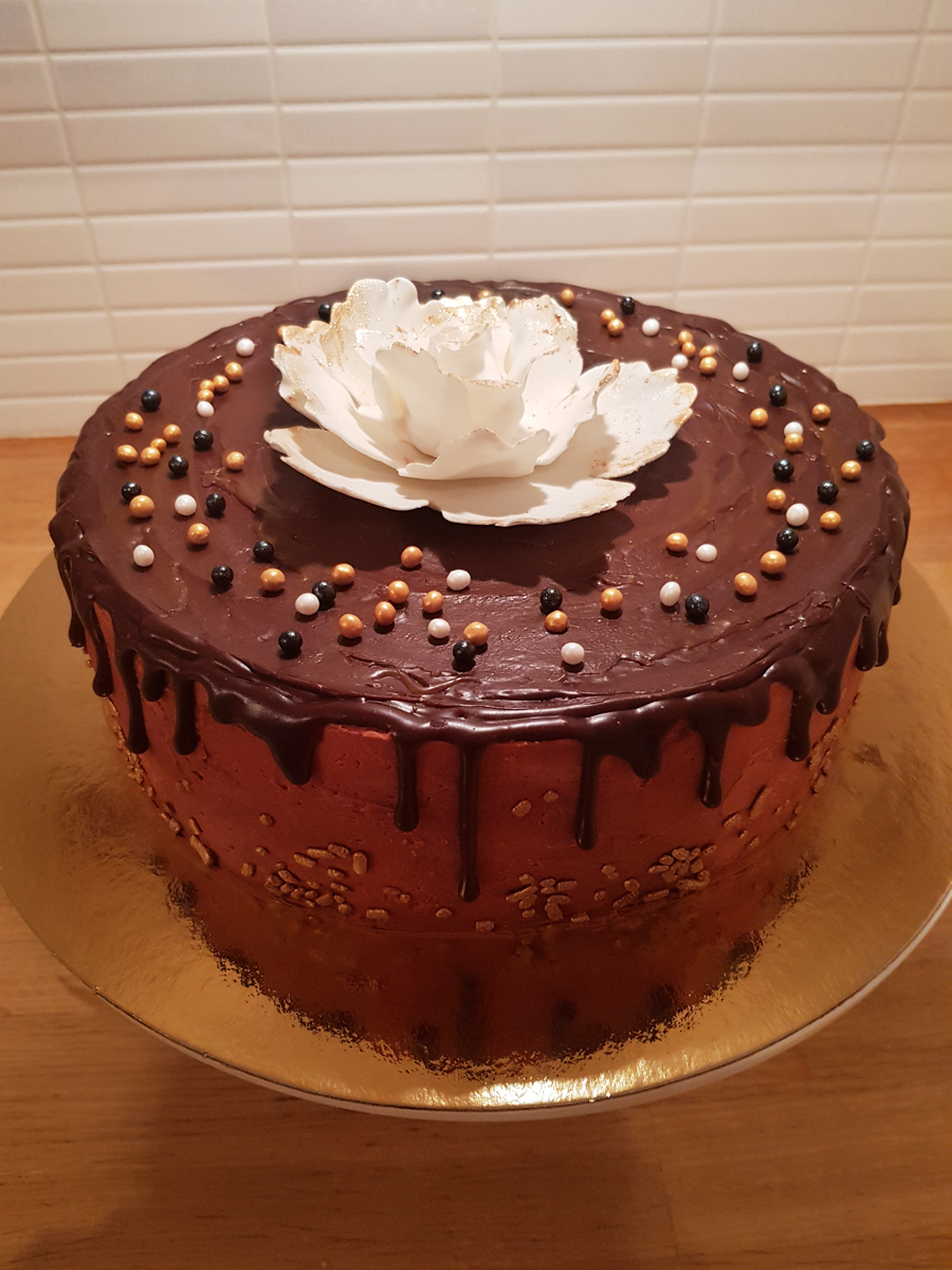 drip cake with large flower