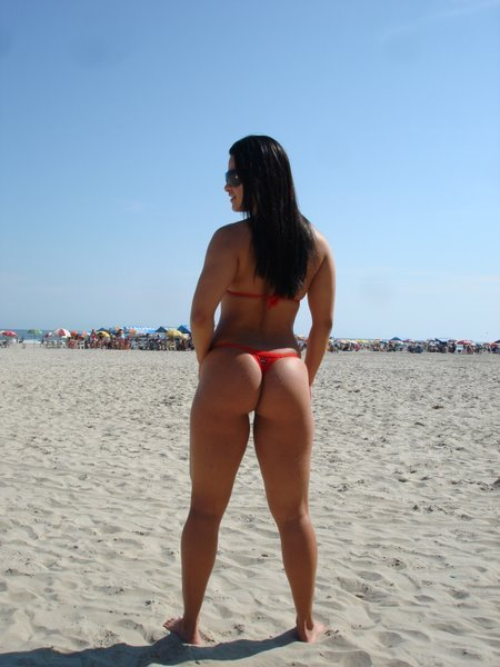 Morena tesuda na praia