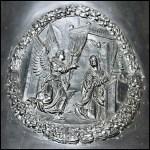Reliéf Zvěstování Panny Marie na jižní straně zvonu Zikmund katedrály sv. Víta. - V kruhovém ornamentálním rámu o průměru 40 cm (věnec z listů a ovoce) je reliéf Zvěstování Panny Marie vytvořený podle dřevorytu Albrechta Dürera.