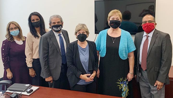 AFT总裁兰迪·温加滕站在中间, 戴面具的, 达拉斯ISD负责人Michale HInojosa(蒙面)和工会领导人
