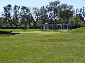 18th green, water left, mounds right, ball tight. Look close, see!