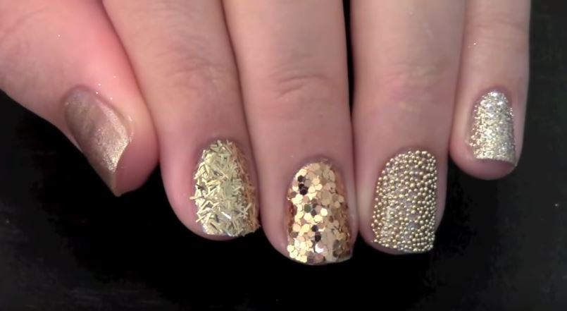 decorado de uñas doradas