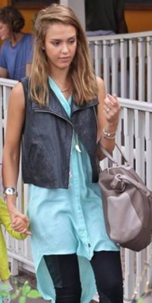 messagepart 31 Celeb Fashion Find: Alessandra Ambrosio & Jessica Albas Mint Tunic!