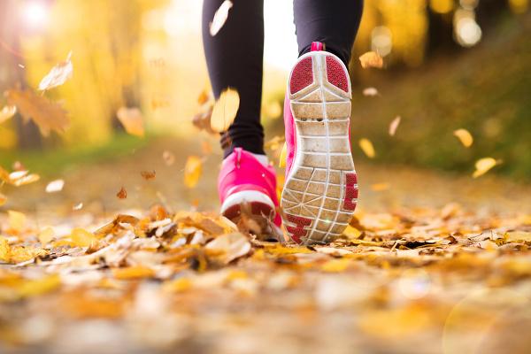 Kız yapraklarda koşuyor