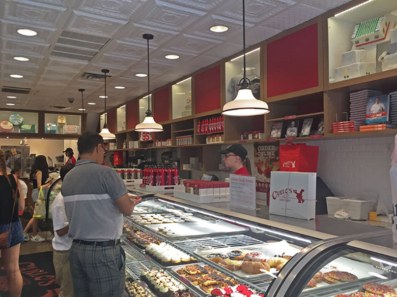 Interior da Carlo's Bake Shop em New Jersey