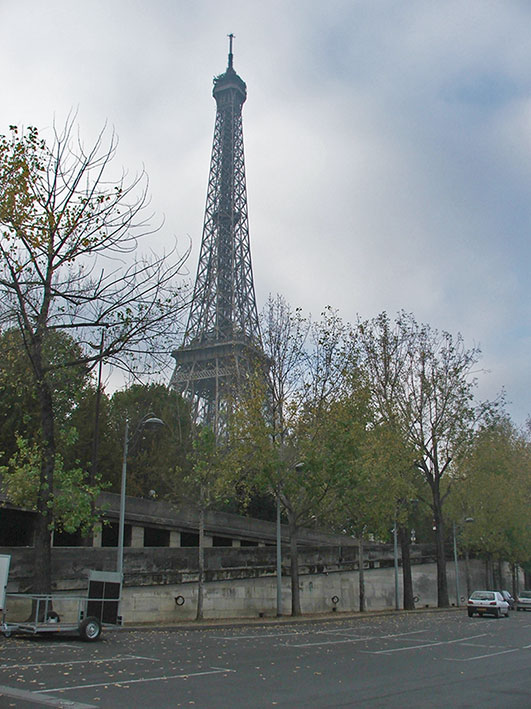 A Torre Eiffel vista de longe