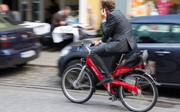 distracted-cyclist-phone