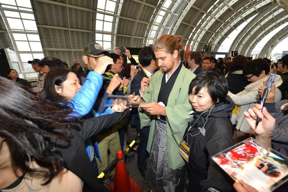 Le Tour de France Saitama Criterium - 28/10/2016 - Media Day - Parade Kimono - Peter Sagan, Tinkoff à la station de train Shintoshin avec ses fans
