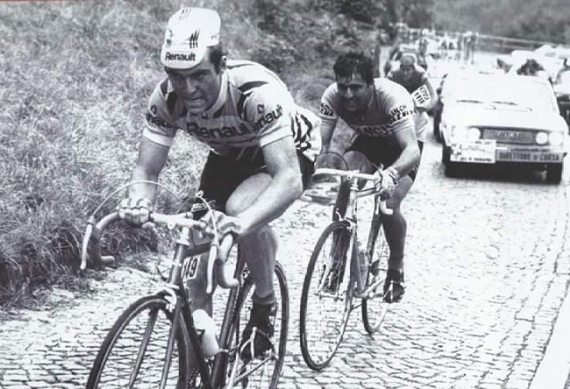 1979-Giro-di-Lombardia-Bernard-Hinault-allattacco-gli-resiste-Silvano-Contini-saranno-primo-e-secondo-al-traguardo