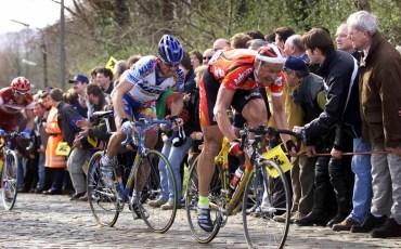 Merelbeke, Ronde van Vlaanderen, foto Cor Vos ©2000 Andrei Tchmile, Johan Museeuw en Romans Vainsteins op de Bosberg