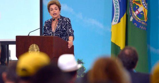 Brasília – Presidenta Dilma, durante a cerimonia de contratação simultanea de 25 mil unidades habitacionais do programa minha casa minha vida com entidades rurais e urbana. (José Cruz/Agência Brasil)