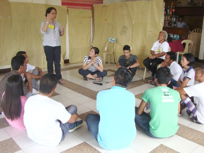 Psychotherapist Carmen La Viña facilitates the processing of activities with community workers