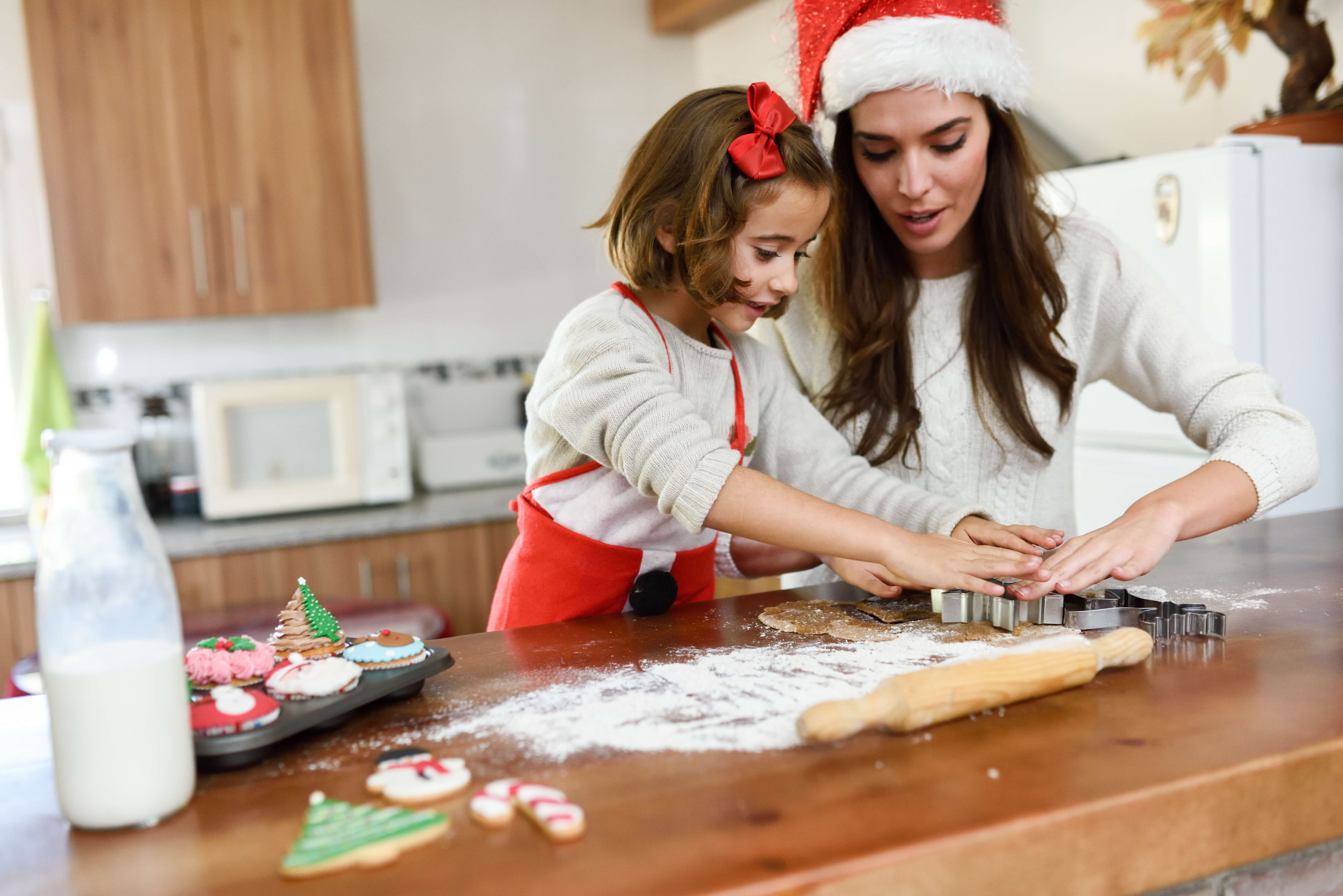 Agencia Empleadas Hogar Madrid Mother And Daughter Decorating Christmas Agencia De