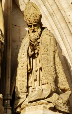 statue of Saint Gaugericus of Cambrai; artist unknown, date unknown; Hôtel de ville de Bruxelles, Brussels, Belgium; photographed by EmDee; swiped from Wikimedia Commons; click for image source
