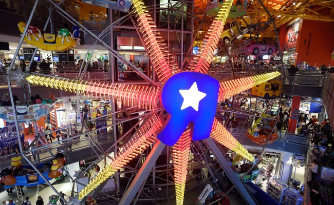 Why Toys R Us Is Shuttering Its Nyc Flagship Store Cbs News