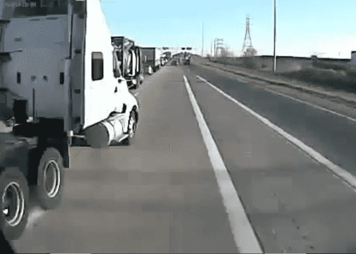 VIDEO Bobtail Swerves Into Trucker\u0027s Lane