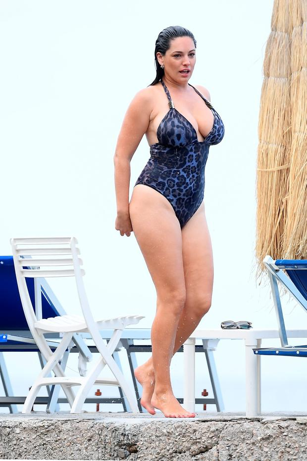 Naughty Girl Wallpaper Kelly Brook Shows Off Atkins Weight Loss As She Hits The