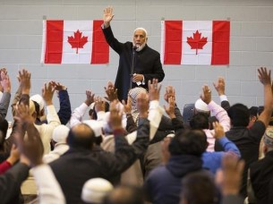 Imam Syed Soharwardy and fellow muslims show their support in hands against the attacks on Canadian soldiers during their memorial service in Calgary, Alberta, October 24, 2014. PHOTO: REUTERS