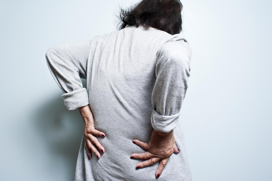 femme plus âgée avec des maux de dos