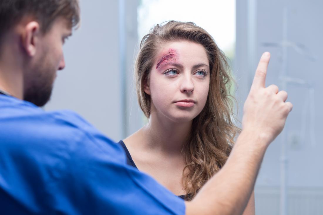 Жена с нараняване на главата при лекарите с възможно сътресение, което причинява световъртеж и умора