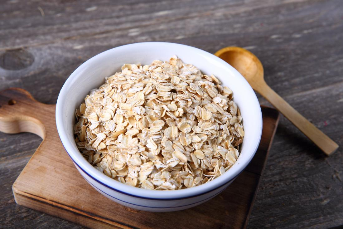 Applying oatmeal to the skin may help relieve the symptoms of skeeter syndrome.