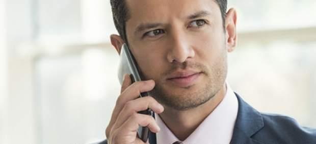 Un ejecutivo conversando por su móvil móvil