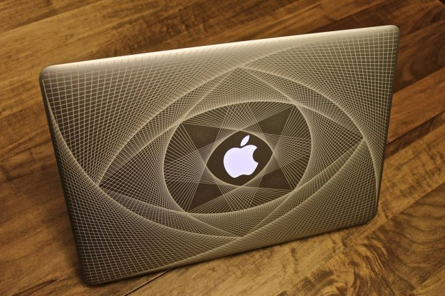 Table Carrefour The Most Trippy Macbook Engraving You've Ever Seen | Cult