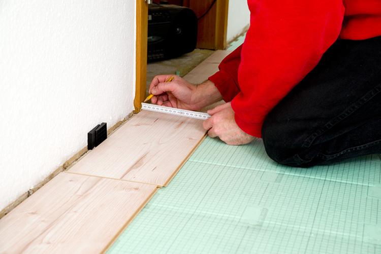 Laminat verlegen Kosten für einen Handwerker - laminatboden verlegen