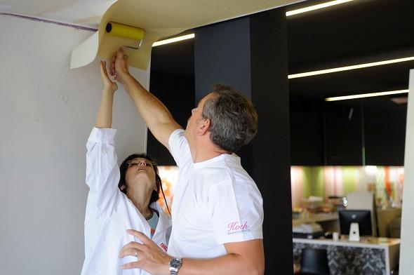 Decke tapezieren \ Tipps für das Tapezieren von Dachschräge \ Ecken - decke tapezieren