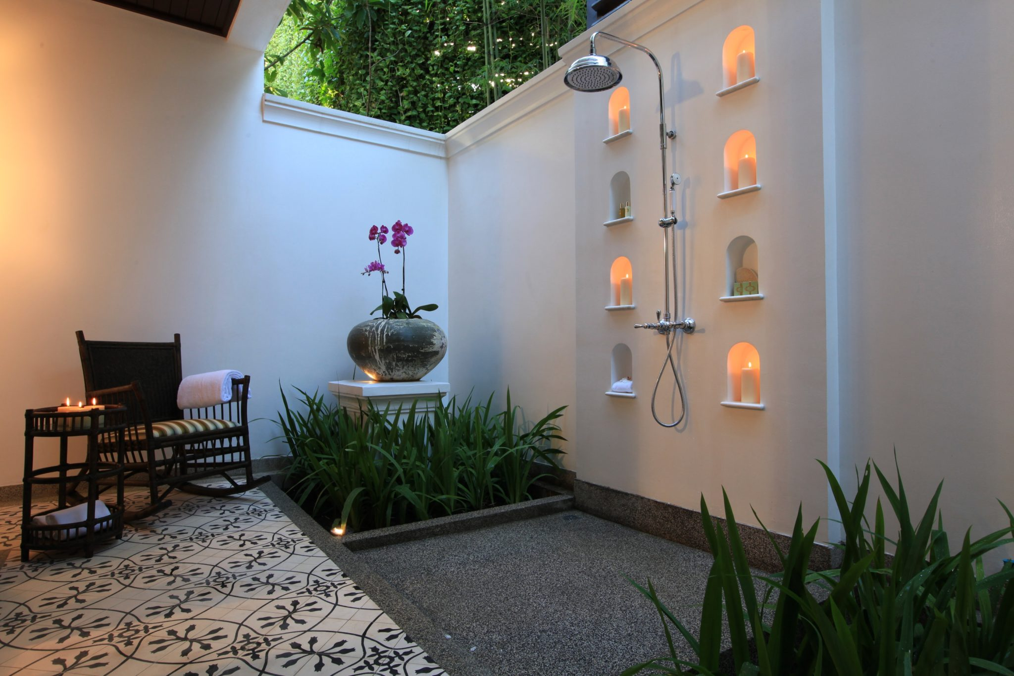 Model Kamar Set Epitome Of Luxury: 30 Refreshing Outdoor Showers