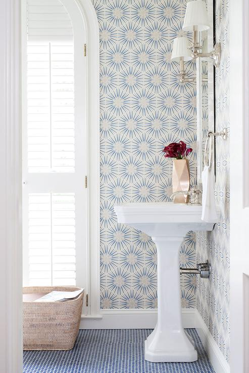 Art Deco Badezimmer White And Blue Powder Room With Blue Penny Tile Floor