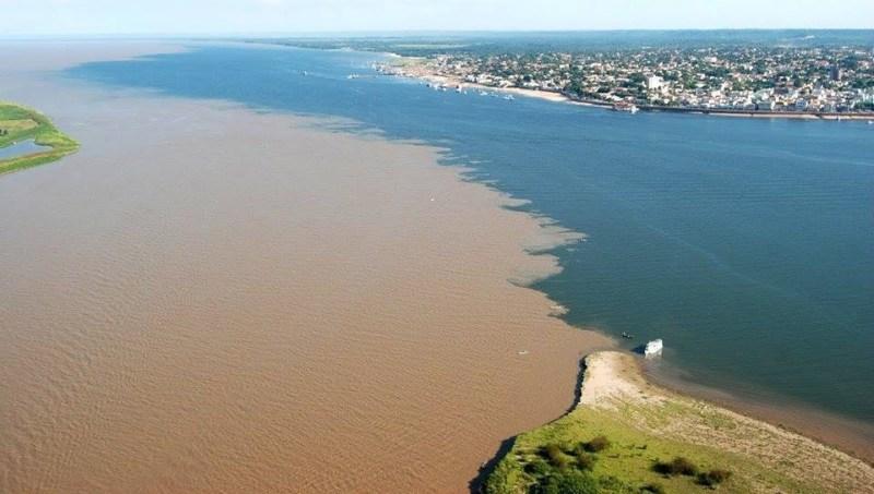 5. Место слияния рек Рио-Негро и Солимойнс недалеко от города Манаусе (Бразилия) река, течение