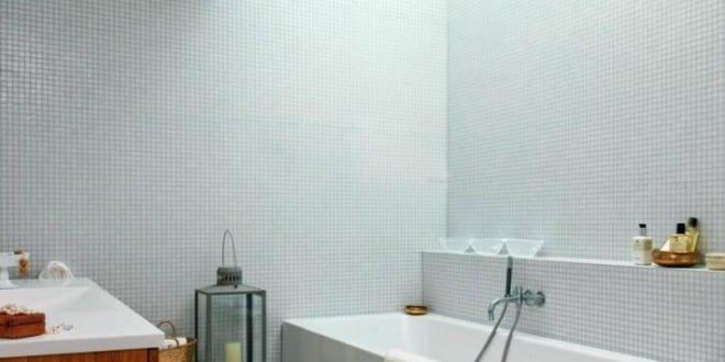 ... Kleine Und Moderne Badezimmer Mit Badewanne Und   Badezimmer Mosaik ...
