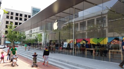 Video: Apple's massive retail store in Portland dwarfs the Microsoft shop next door – GeekWire