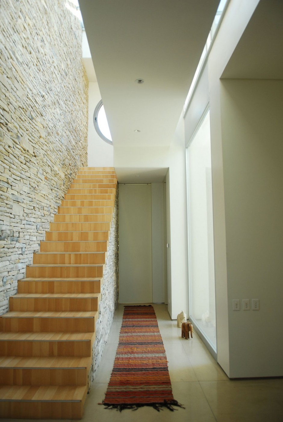 Innentreppen Modern Internal Stairwell In Stone And Wood | Interior Design Ideas.