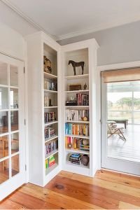 Clever Ways In Which A Corner Bookshelf Can Fill In The ...