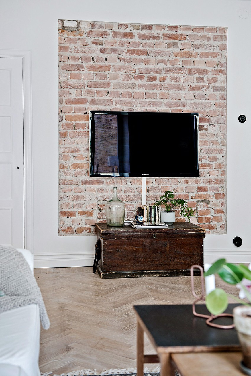 Tv Aan De Muur Hangen One-room Apartment Kept Spacious By A Scandinavian Design