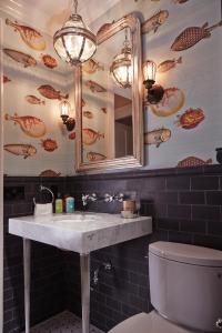 30 Gorgeous Wallpapered Bathrooms - Decor10 Blog