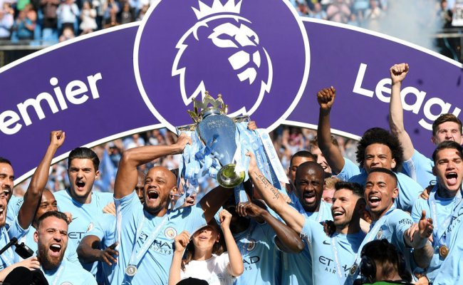 Manchester City Lift Trophy Pep Guardiola Vincent Kompany And Co Hold Title Aloft Daily Star