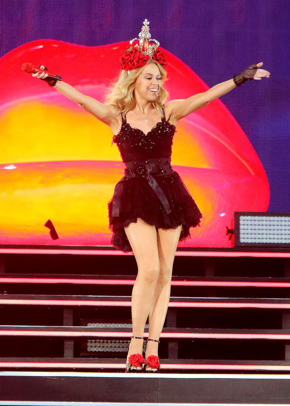 String Regal Tv Kylie Minogue Thrills Hyde Park Crowd She Flashes The