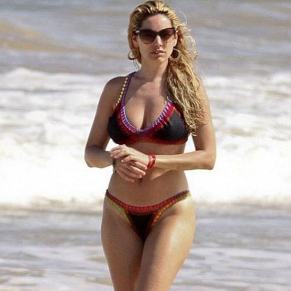 Dynamic Iphone X Wallpaper Bikini Clad Kelly Brook Flaunts Her Curves In Sexy