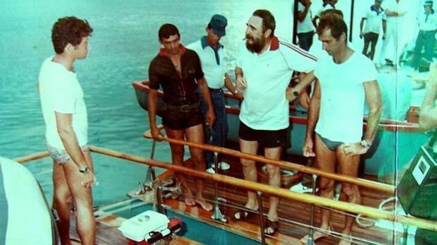 Fidel Castro se prepara para pescar. Juan Reinaldo Sánchez va vestido de oscuro. Foto de ABC