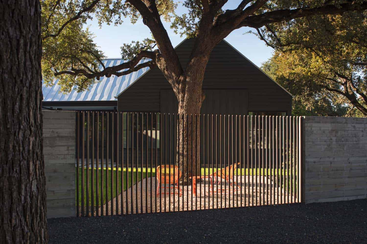 Modern Farmhouse Fence Bright And Airy Modern Farmhouse Inspired Residence In Texas