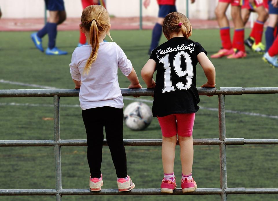 サッカーを感染する女の子達