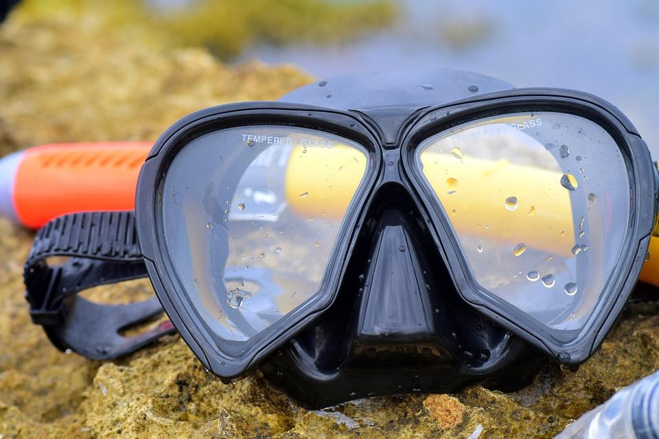 シュノーケル用の水中メガネ