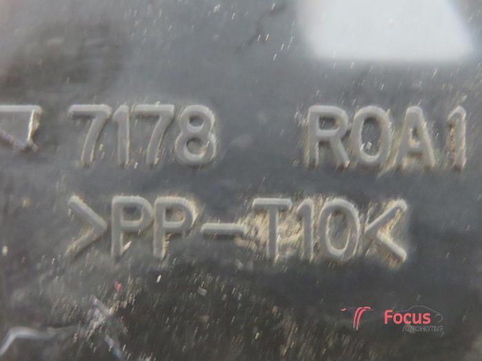 Used Toyota Yaris II (P9) 10 12V VVT-i Fuse box - 7178R0A1 - Focus
